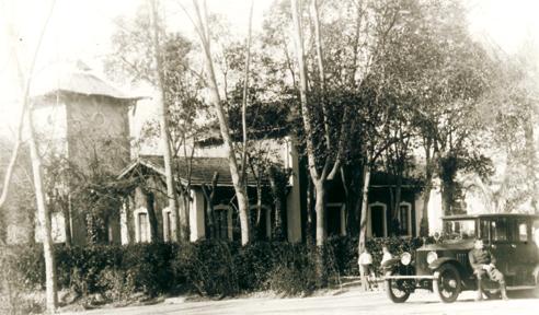 Edificio de administración y parada de taxis