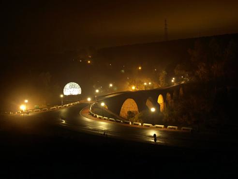Balneario y puente de Marmolejo de noche